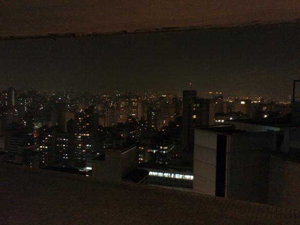 Sao+Paulo+at+night+through+a+Niemeyer+brise+soleil